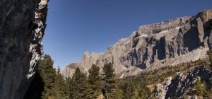 Basti (links) in der Wand und die Dolomiten im Hintergrund